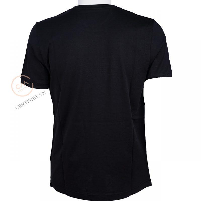 Chiếc áo phông đen karl loves fendi được lấy ý tượng mang hình tượng ông với mái tóc bạc và cặp kính đen đặc trưng. với điểm nhấn những hạt trai đen trên cặp kính tạo sự trẻ trung và thời thượng cho thiết kế. Phần phía dưới bên tay trái của áo có dòng chữ Karl Love Fendi càng nhấn mạnh thêm tình yêu ông dành cho hãng thời trang Fendi.