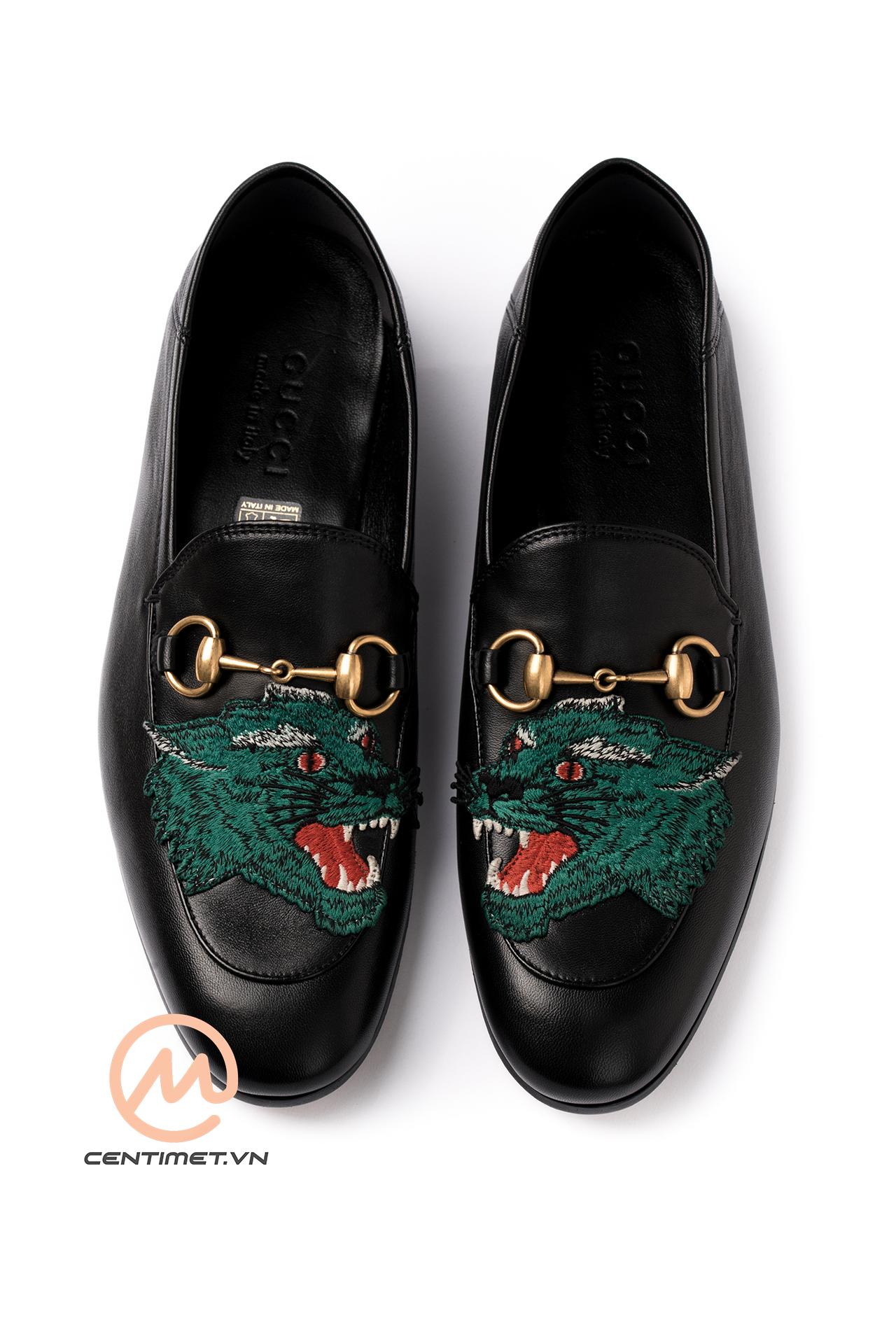 05a6d76efcf Giá chính hãng của mẫu Gucci Wolf Leather Loafer là  870. Đặt hàng qua  Centimet để có giá tốt!